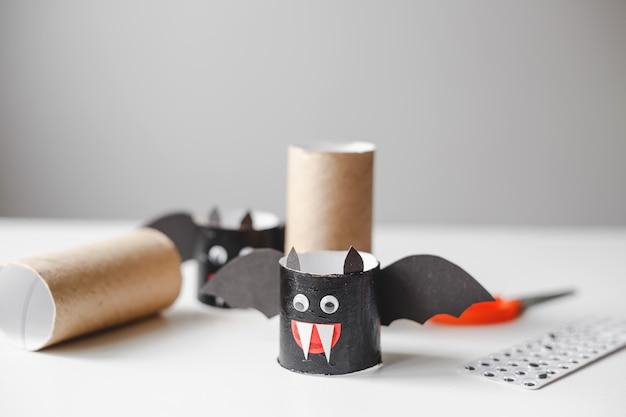 Monstres d'halloween en rouleaux de papier toilette artisanat pour enfants pour halloween