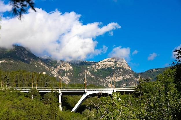 Mont avunda avec un pont routier dans la crimée montagneuse. paysage