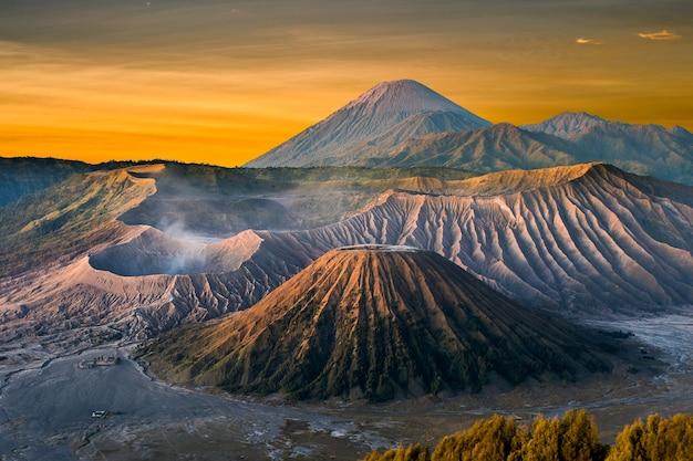 Mont bromo volcan (gunung bromo) pendant le lever du soleil du point de vue sur le mont penanjakan