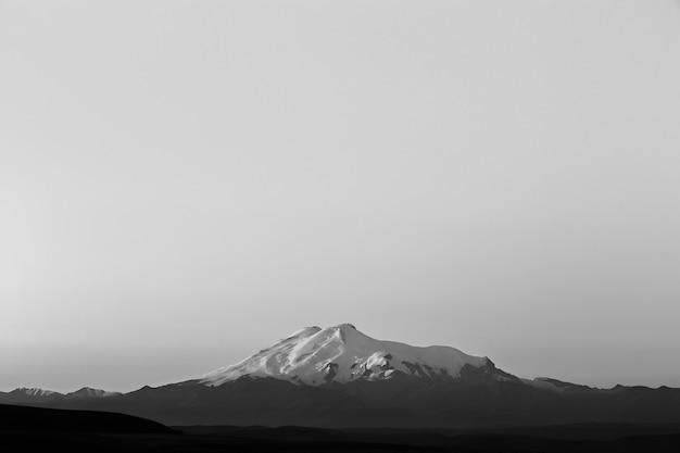 Mont elbrouz à l'aube. vue sur les pentes ensoleillées du volcan depuis le nord-ouest. le caucase du nord en russie.