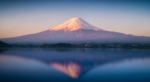Mont fuji au petit matin avec une réflexion sur le lac kawaguchiko