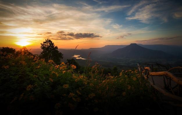 Mont fuji dans la province de loei, thaïlande. this's mountain ressemble au mont fuji au japon. le coucher du soleil