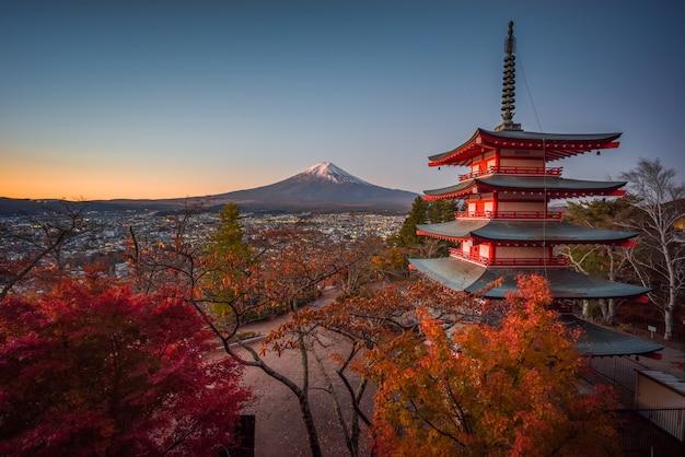 Mont fuji depuis la pagode chureito au coucher du soleil
