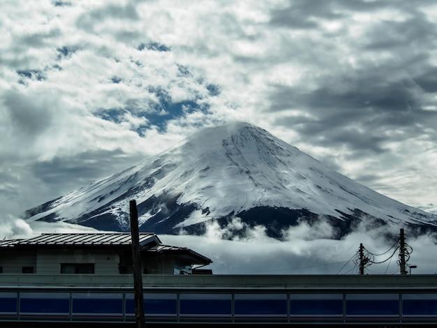 Mont fuji sur fond de ciel nuageux