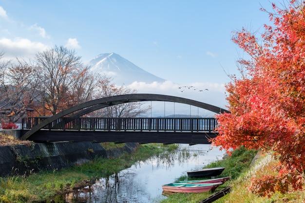 Mont fuji avec pont en bois et pont volant en automne au lac kawaguchiko