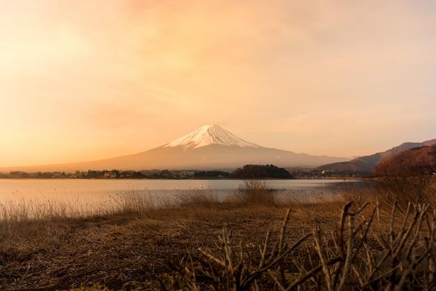 Mont fuji san au lac kawaguchiko au japon, lever du soleil