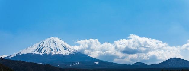Mont fuji san à saiko iyashi no sato (nenba) au japon, taille de la bannière du lever du soleil matinal.