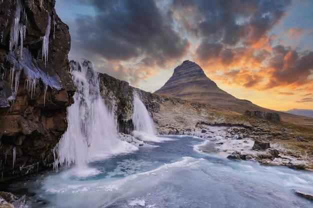 Mont kirkjufell islande.islande paysage froid panorama au coucher du soleil.