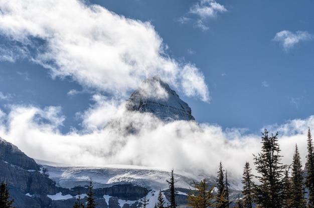 Mont avec nuage soufflant dans le ciel bleu sur le parc provincial
