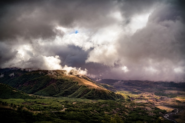 Le mont vallée de la forêt brumeuse