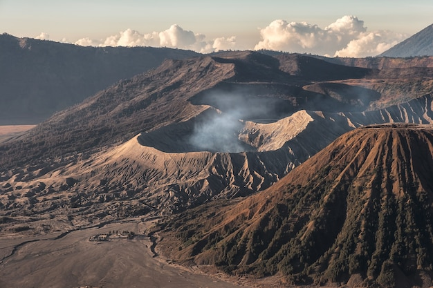 Mont volcan actif avec de la fumée, kawah bromo, gunung batok au lever du soleil. parc national bromo tengger semeru, java oriental, indonésie