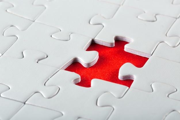 Montage de la dernière pièce du puzzle blanc. image conceptuelle du bâtiment et bouton vers le haut.