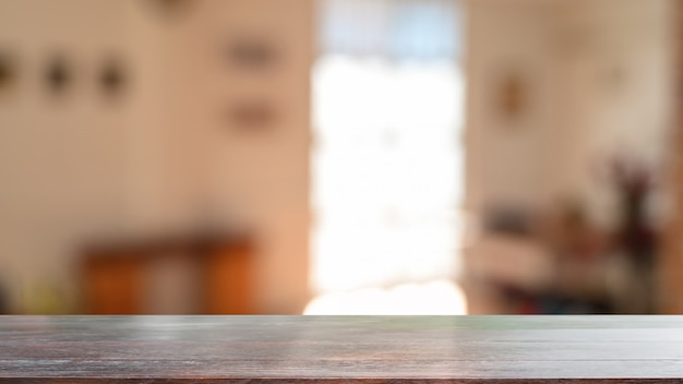 Montage table en bois dans le fond du salon avec bureau en bois vide pour le produit actuel.