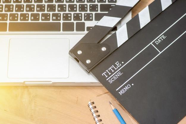 Montage vidéo, bloc-notes de film portable et bloc-notes sur la table en bois vue de dessus shot.dark