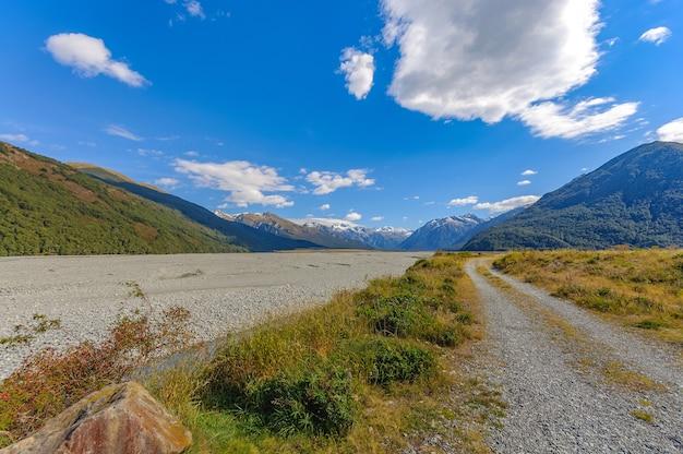 Montagne des alpes alpines du sud au parc national d'arthur's pass en nouvelle-zélande