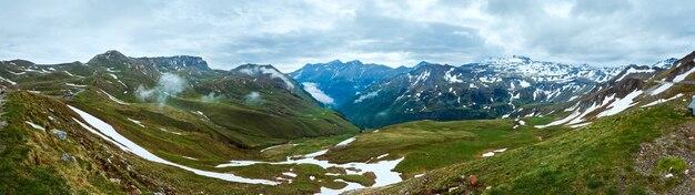 Montagne des alpes d'été