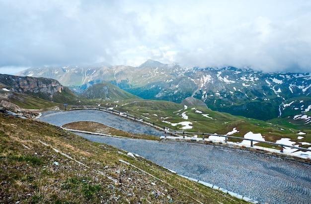 Montagne des alpes et serpentines de la haute route alpine du grossglockner