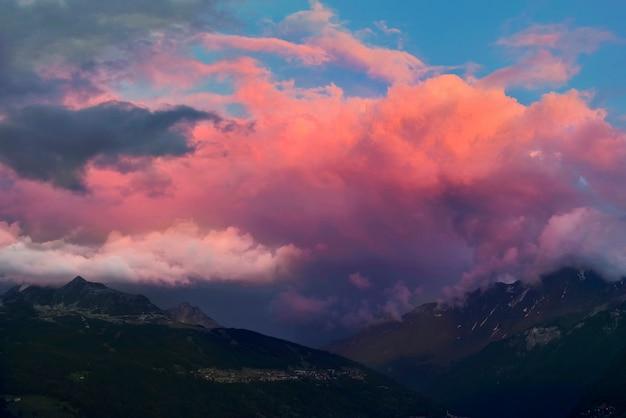 Montagne alpine au coucher du soleil