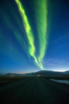 Montagne des aurores boréales en islande.