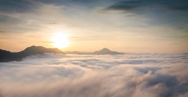 Montagne avec brume blanche au lever du soleil du matin, paysage naturel