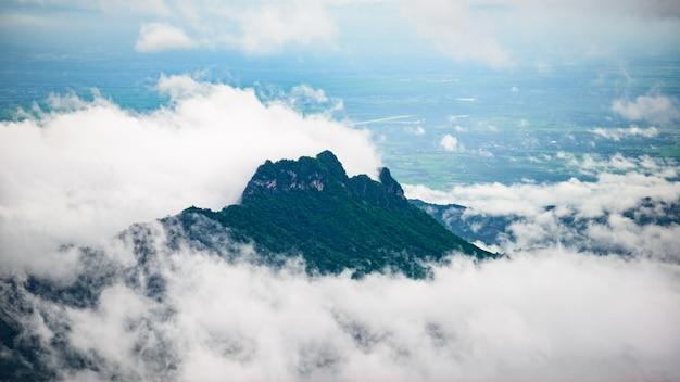 Montagne et brume à phu thap boek, province de phetchabun