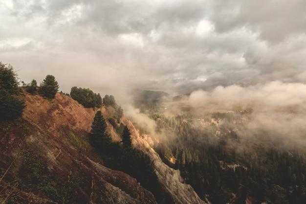 Montagne brune et verte