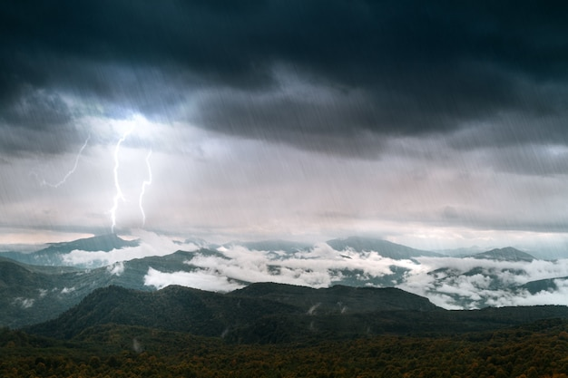 Montagne avec ciel et éclairage sous la pluie