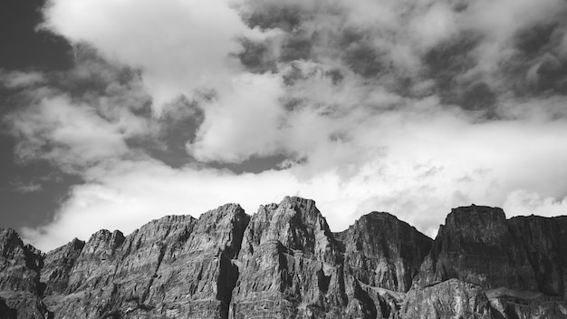Montagne sur ciel nuageux