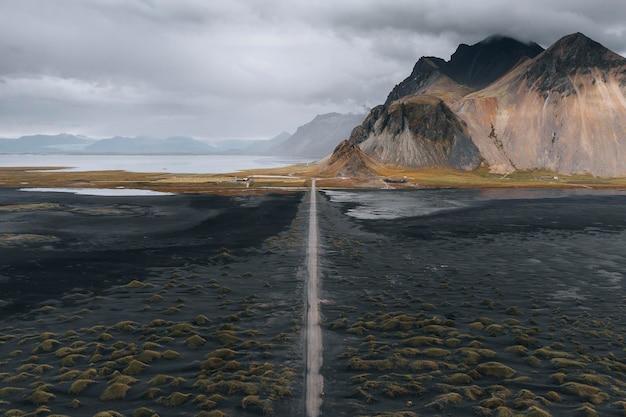 Montagne et la côte à stokksnes islande
