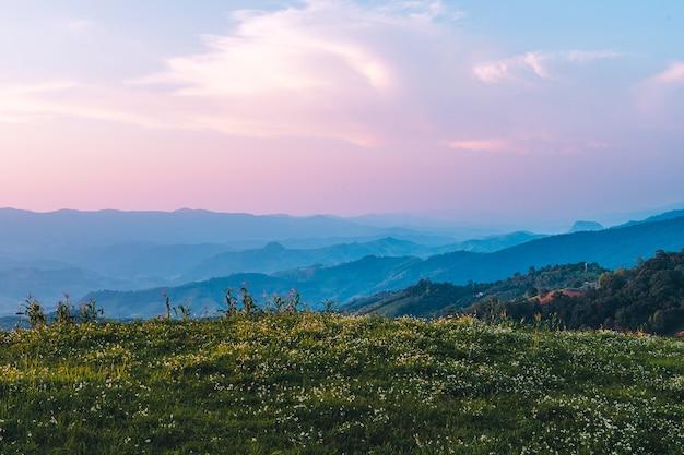 Montagne de couleur crépusculaire la vallée de la montagne après le crépuscule lumière du coucher du soleil bleu violet