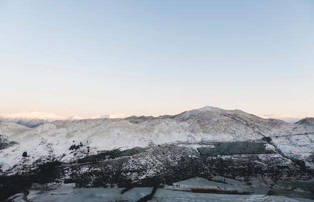 Montagne couverte de neige au japon