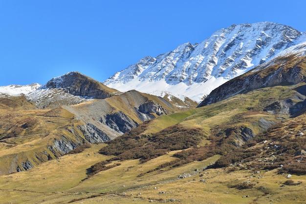 Montagne de crête couverte de neige dans le paysage alpin en automne