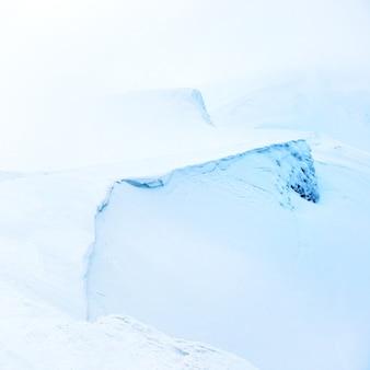 Montagne dans la neige avec du brouillard. paysage d'hiver