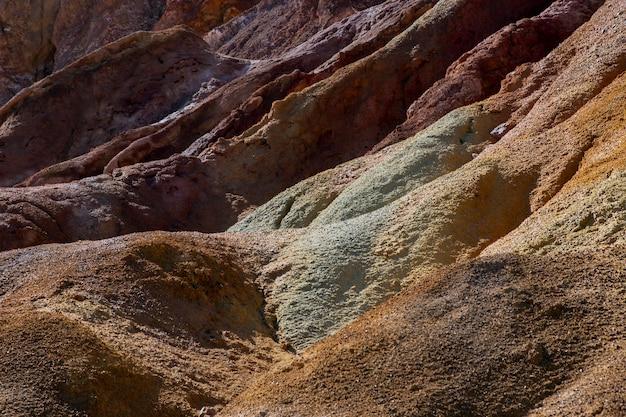 Montagne désertique et rocheuse avec un fort concept ou texture d'arrière-plan du soleil