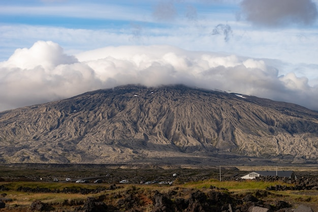 Montagne du parc national de snaefellsjokull avec capuchon nuageux blanc sur pic