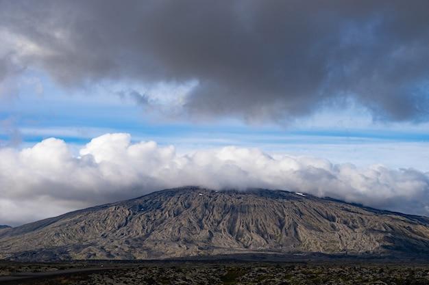 Montagne du parc national de snaefellsjokull avec capuchon nuageux blanc sur le sommet. islande.