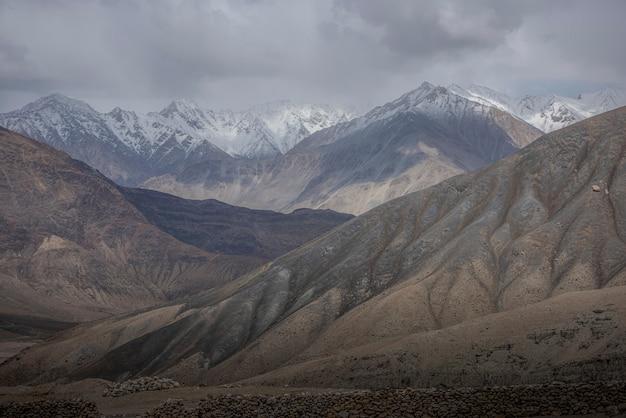 Montagne enneigée avec ciel bleu de leh ladakh en inde.