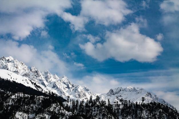 Montagne enneigée dans le paysage de kalam swat