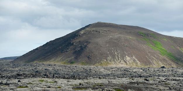 Montagne érodée et plaine volcanique rocheuse
