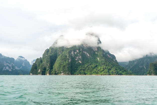 La montagne était couverte de brouillard à l'intérieur du lac