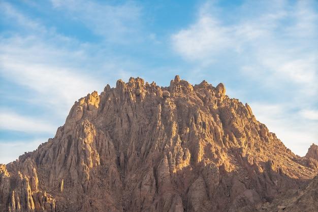 La montagne sur fond de ciel bleu