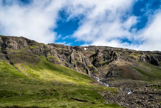 Montagne de la forêt et ciel bleu.