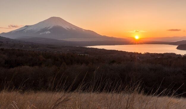 Montagne fuji du coucher du soleil au lac panoramadai yamanakako