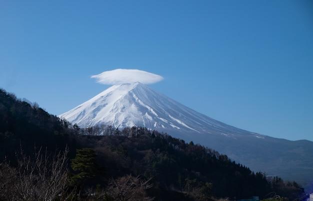 Montagne fuji et lac kawaguchiko avec nuages et ciel bleu