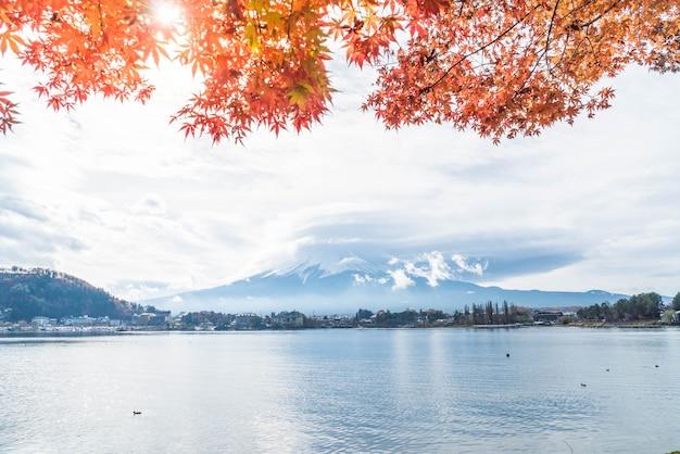 Montagne fuji san avec nuageux