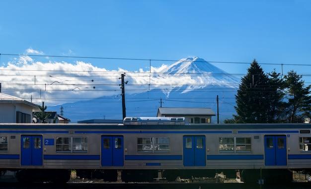 Montagne fuji et trains sur le chemin de fer à kawaguchiko