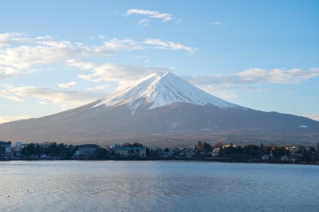 Montagne fujisan avec lac à kawaguchiko, japon.