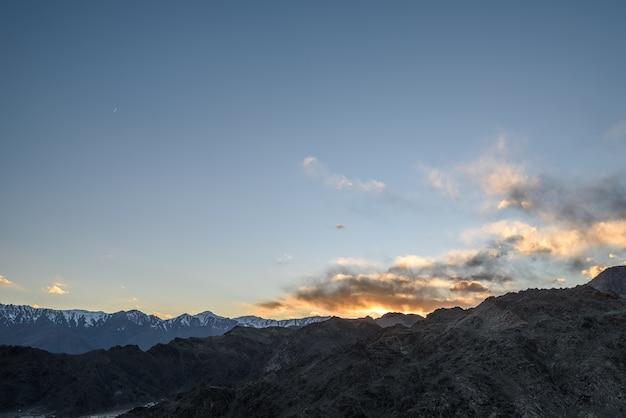 La montagne himaraya avec ciel bleu