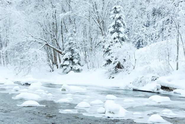 Montagne d'hiver paysage fluvial limpide autriche