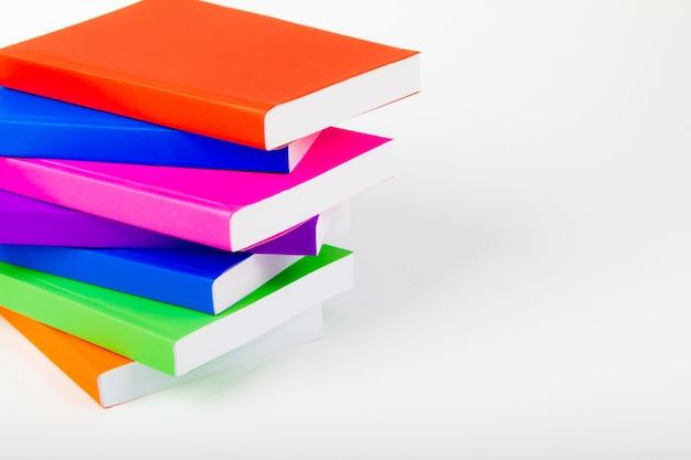 Montagne de livres avec fond blanc